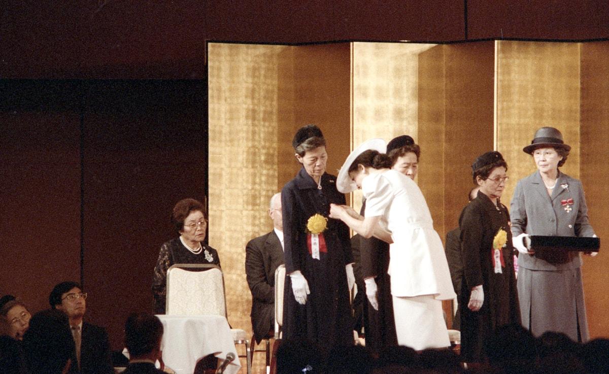 Then-Princess Michiko bestowing the Florence Nightingale Medal onto Nobu © Japanese Red Cross Society