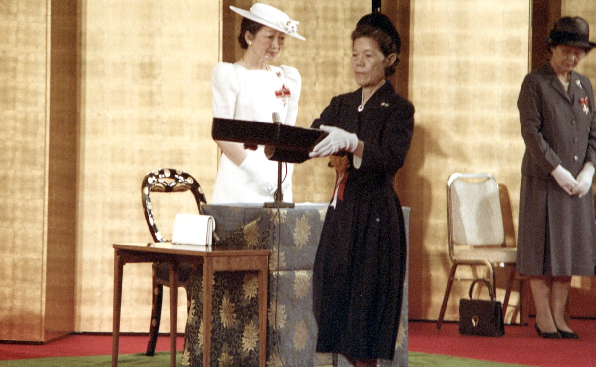 """1985: Nobu at the award ceremony for the 30th """"Florence Nightingale Medal."""" © Japanese Red Cross Society"""