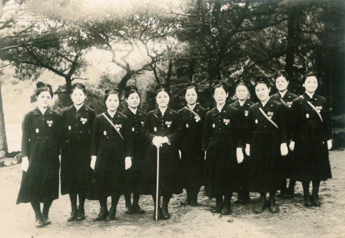 赤十字救護看護婦養成所時代の仲間たちと(ノブ右から2番目)