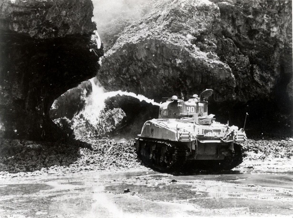 壕を焼き尽くす米軍戦車(火炎放射)©那覇市歴史博物館