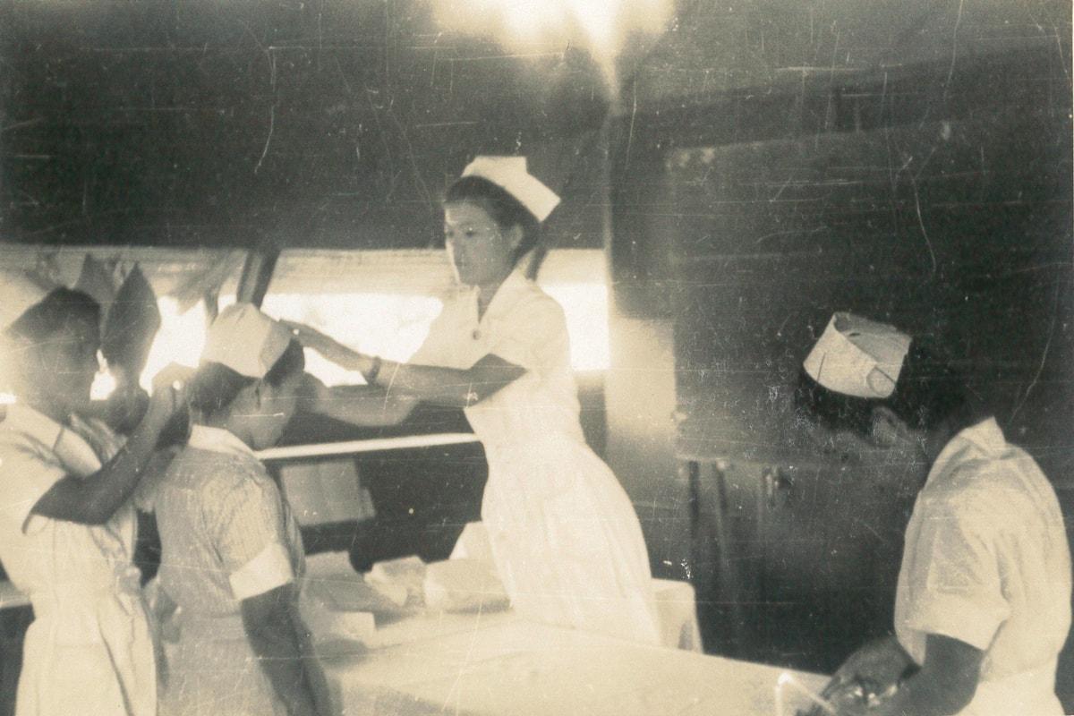 コンセット型の病院兵舎でノブから戴帽を受ける看護師たち